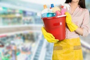 Reinigung und Pflege eines Eckschreibtisches